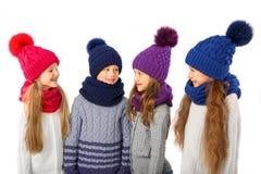 Grupo de niños lindos en sombreros y bufandas calientes del invierno en blanco Ropa del invierno de los niños Fotografía de archivo libre de regalías