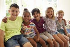 Grupo de niños multiculturales en la ventana Seat junto foto de archivo libre de regalías