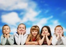 Grupo de niños que celebran cumpleaños Foto de archivo libre de regalías