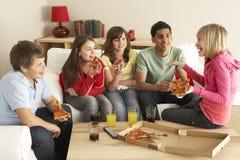 Grupo de niños que comen la pizza en el país Foto de archivo libre de regalías