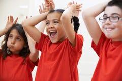 Grupo de niños que disfrutan de la clase del drama junta fotografía de archivo libre de regalías