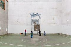Grupo de niños que juegan a baloncesto Imagen de archivo libre de regalías