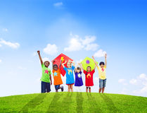 Grupo de niños que juegan cometas juntas Foto de archivo libre de regalías