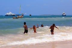 Grupo de niños que juegan en el agua Imagen de archivo