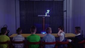 Grupo de niños que miran el experimento con la bobina de tesla musical almacen de video