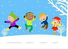 Grupo de niños que saltan en nieve Foto de archivo libre de regalías