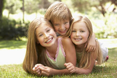 Grupo de niños que se divierten en parque Imágenes de archivo libres de regalías