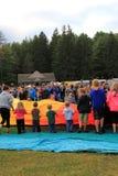 Grupo de niños y de adultos jovenes que ayudan a desarrollar los globos en el festival anual, parque de Crandall, Glens Falls, Nu Foto de archivo libre de regalías