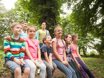 Grupo de niños en un banco de parque Fotografía de archivo libre de regalías