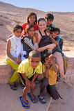 Grupo de niños locales que juegan cerca de la reserva de agua, villag de Khichan Foto de archivo