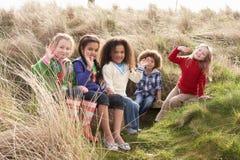 Grupo de niños que juegan en campo junto Imagen de archivo libre de regalías