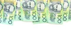 Grupo de 100 notas australianas del dólar sobre el fondo blanco Foto de archivo