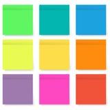 Grupo de notas pegajosas brilhantes e coloridas vazias isoladas no branco Fotografia de Stock