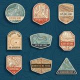 Grupo de nove emblemas do curso do mapa topográfico Emblemas da aventura, crachás e remendos exteriores do logotipo Etiquetas do  ilustração royalty free
