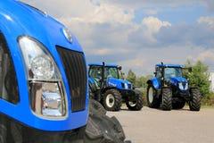 Grupo de nueva Holland Agricultural Tractors en la exhibición Fotos de archivo libres de regalías