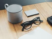 Grupo de objetos de marcagem com ferro quente na tabela 3d rendem Imagens de Stock Royalty Free