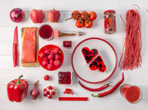 Grupo de objetos vermelhos na tabela branca, topview Imagens de Stock Royalty Free