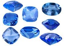 Grupo de oito safiras azuis no branco Fotos de Stock Royalty Free