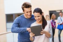 Grupo de ordenador sonriente de la PC de la tableta de los estudiantes Imagen de archivo libre de regalías