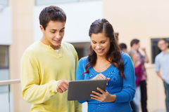 Grupo de ordenador sonriente de la PC de la tableta de los estudiantes Imágenes de archivo libres de regalías