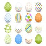 Grupo de ovos da páscoa coloridos em um fundo branco Foto de Stock