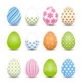 Grupo de ovos da páscoa coloridos em um fundo branco Fotografia de Stock Royalty Free