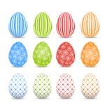 Grupo de ovos da páscoa coloridos em um fundo branco Imagem de Stock Royalty Free