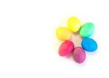 Grupo de ovos da páscoa isolados em um fundo branco Foto de Stock