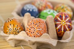 Grupo de ovos da páscoa pintados na ovo-caixa do cartão, celebração da caça do ovo da páscoa, ainda vida colorida na caixa de pap Foto de Stock Royalty Free