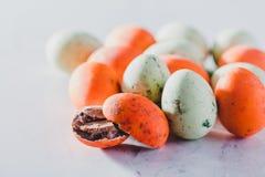 Grupo de ovos pequenos alaranjados e verdes Foto de Stock Royalty Free