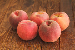 Grupo de pêssegos vermelhos maduros Fotografia de Stock Royalty Free