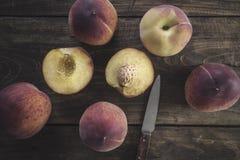 Grupo de pêssegos vermelhos maduros Fotografia de Stock