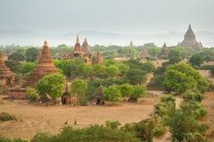 Grupo de pagodes antigos em Bagan no por do sol Fotografia de Stock Royalty Free