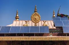 Grupo de painéis solares em um telhado do templo tibetano Foto de Stock Royalty Free