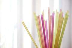 Grupo de palhas plásticas coloridas imagem de stock