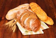 Grupo de pan con los oídos del trigo Imagenes de archivo