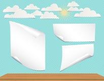 Grupo de papel branco empilhado do caderno com cantos ondulados para a mensagem do texto ou de propaganda no fundo cinzento Foto de Stock Royalty Free