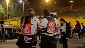 Grupo de paramédicos que falam-se durante celebrações do Dia da Independência de Israel 69th filme