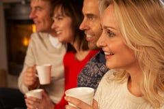 Grupo de pares envelhecidos médios com bebidas quentes Fotografia de Stock
