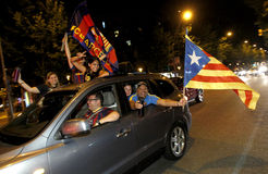 Grupo de partidarios del FC Barcelona fotos de archivo