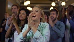 Grupo de partidarios que aplauden las manos, entusiasmo del campeonato, acontecimiento deportivo, diversión almacen de video