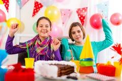 Grupo de partido del feliz cumpleaños del niño Foco selectivo fotografía de archivo