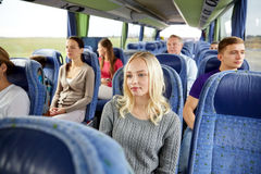 Grupo de pasajeros o de turistas en autobús del viaje Imagen de archivo libre de regalías