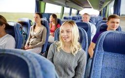 Grupo de pasajeros o de turistas en autobús del viaje Fotos de archivo libres de regalías
