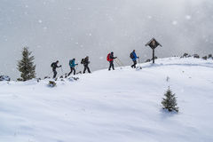 Grupo de passeio dos alpinistas fotos de stock royalty free