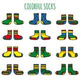 Grupo de peúgas coloridas com testes padrões diferentes em um fundo branco Fotografia de Stock Royalty Free