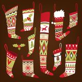 Grupo de peúgas modeladas feitas malha multi-coloridas do Natal de formas diferentes ilustração do vetor
