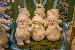 Grupo de peluches del muñeco de nieve en la silla Imagen de archivo