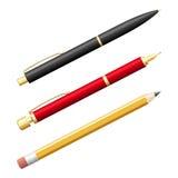 Grupo de penas e de lápis realísticos no branco Imagens de Stock