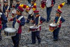 Grupo de pequeña banda en uniformes - Antigua, Guatemala de los niños fotografía de archivo